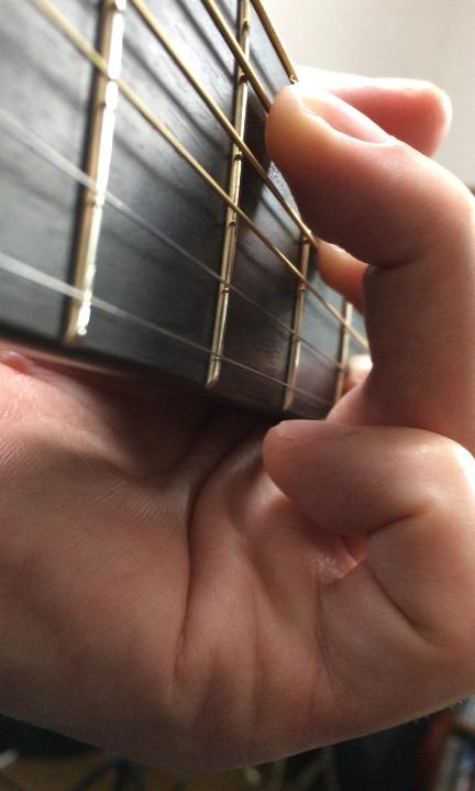 ギターのCコードのフォーム(ローアングル)
