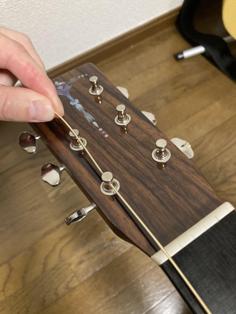 アコギ弦交換 ペグ穴に弦を通す。