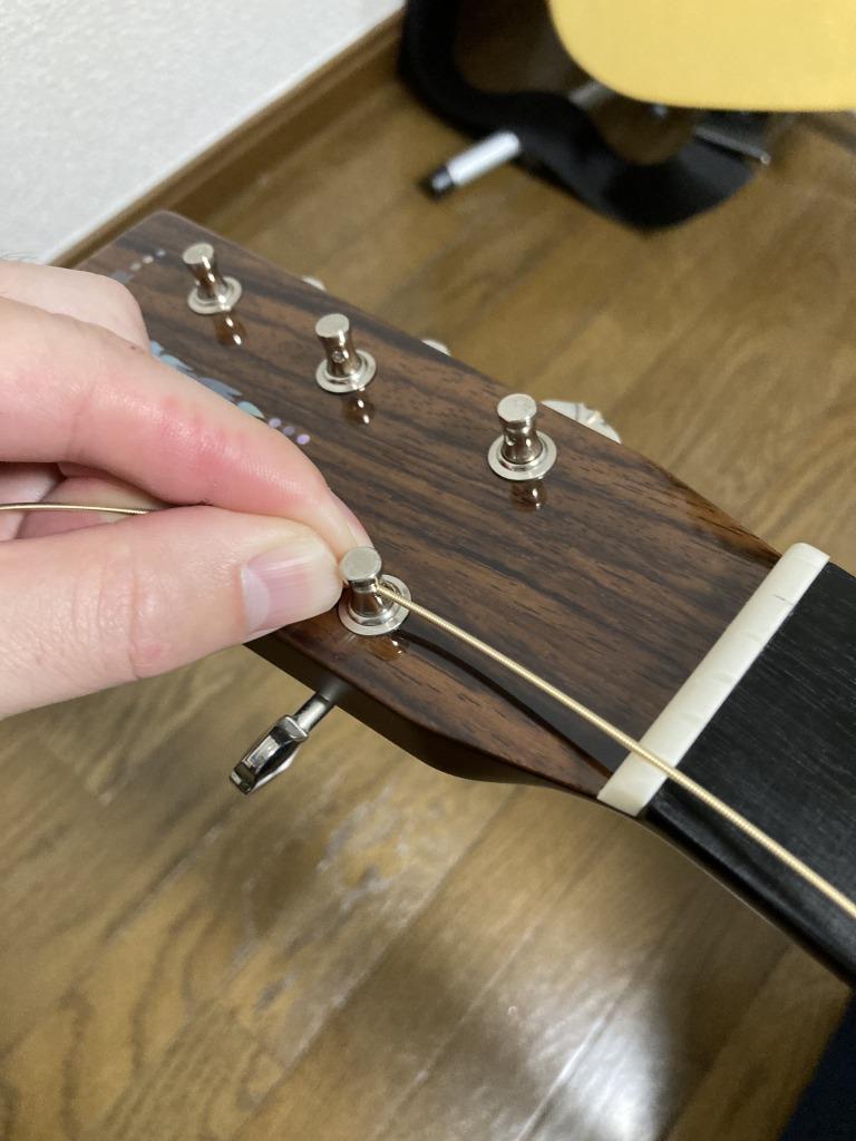 アコギ弦交換 ペグ穴に通した弦を戻す