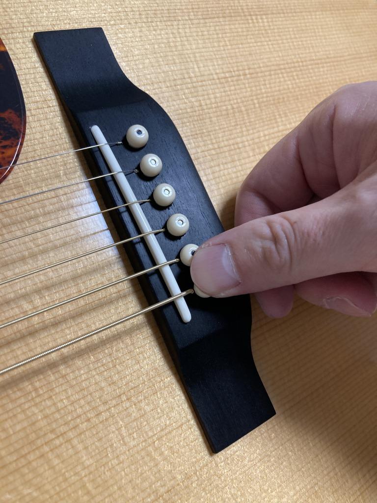 アコギ弦交換 チューニングの時にブリッジピンを押さえる